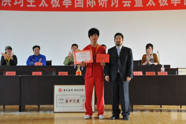 大青山董事长陈中华先生给职宁授奖 Chen Zhonghua giving Zhining award