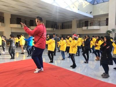 山东省侨办学生团在大青山学拳。